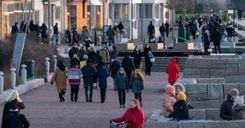 خبراء سويديون:الحديث الجانبي مع الغرباء أهم مما كنا نتوقع image