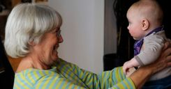 المسنين الذين تلقوا جرعتين من لقاح كورونا يمكنهم معانقة أحفادهم image