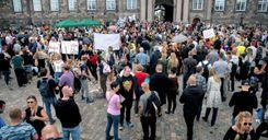 مظاهرات في الدنمارك ضد قوانين جديدة تتعلق بكورونا وجوازات سفر كوفيد-19 image