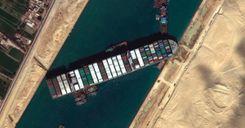 نجاح عملية تعويم السفينة الجانحة في قناة السويس image