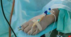 مريض بفيروس كورونا يترك وحيدًا على الأرض حتى الموت image