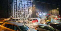 حريق يشتعل في 15 سيارة ويتسبب بإجلاء السكان image