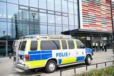 عصابة ملثمة في مواجهة الشرطة بعد هجومها على محكمة المقاطعة  image