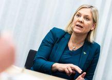 وزيرة المالية حول ميزانية الربيع الوظائف ثم الوظائف ثم الوظائف image