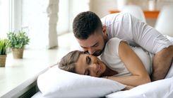 الرجال الذين يقبّلون زوجاتهم قبل الذهاب إلى العمل يعيشون خمس سنوات أطول image